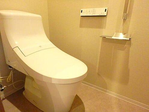 区分マンション-宇都宮市馬場通り3丁目 ■ トイレ ■シームレスな設計のタンクレストイレはお掃除が楽々!温水洗浄など機能も豊富です。戸棚収納もあり、トイレットペーパーや掃除用具の収納に便利ですね。※写真は空室時のものです