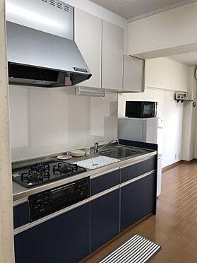 中古マンション-千葉市稲毛区黒砂台3丁目 吊戸棚のあるシステムキッチンは周能スペースも豊富。天板を広く使えます。
