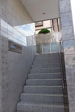 マンション(建物全部)-習志野市津田沼4丁目 階段の先に2・3・4階部分のエントランスがあります。