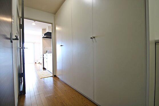 リゾートマンション-熱海市熱海 廊下部分には一面収納の物入があり、すっきりとモノを片付けられます。