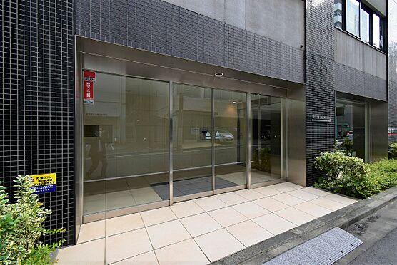 中古マンション-中央区八丁堀2丁目 ホワイト系のタイルとガラス張りの明るいエントランス