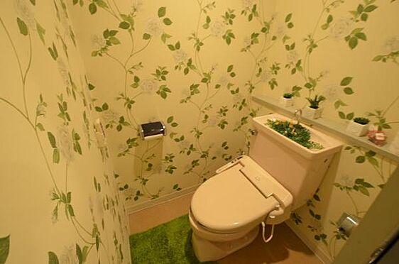 リゾートマンション-熱海市熱海 トイレです。室内のクロスは張り替えてあります。