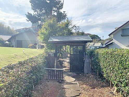 中古一戸建て-伊東市富戸 玄関までのアプローチです。敷地内の樹木を通り過ぎて玄関へ。