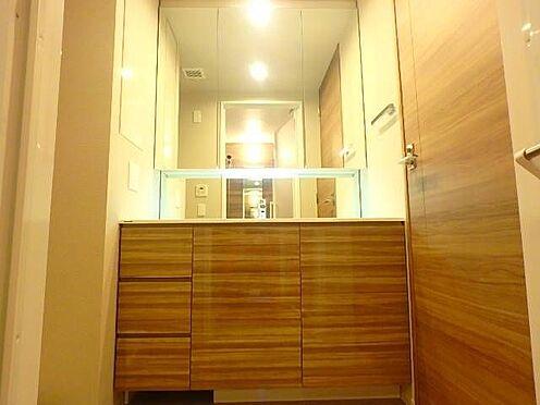 区分マンション-宇都宮市馬場通り3丁目 ■ 洗面所 ■ブラウンを基調としてシックな雰囲気の洗面室です。タオルハンガーや鏡の後ろに収納がたっぷりあるので、すっきりと使用できそうですね。※写真は空室時のものです