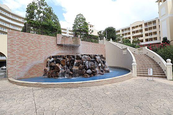 中古マンション-横浜市瀬谷区五貫目町 マンション中庭を流れるウォーターガーデン