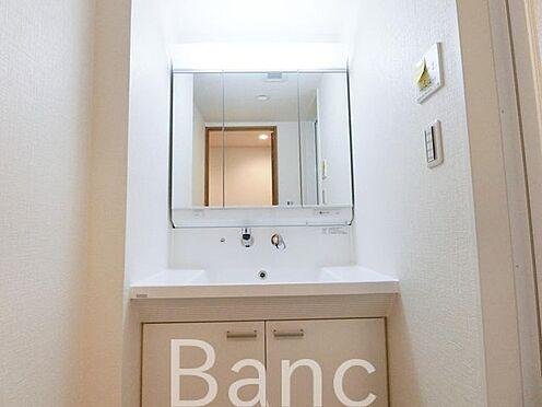 中古マンション-足立区扇1丁目 使い勝手の良い三面鏡付洗面化粧台です お気軽にお問い合わせくださいませ。