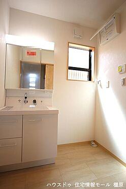 戸建賃貸-高市郡明日香村大字岡 大型の洗濯機も無理なく設置できる広さを確保。洗面台は便利なシャワー付きです。