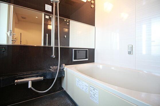 中古マンション-渋谷区松濤2丁目 浴室には窓があります。(家具備品等は販売価格に含まれません)