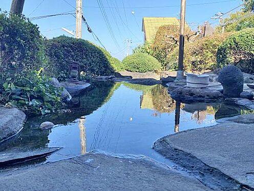 中古一戸建て-伊東市富戸 源泉かけ流し露天岩風呂  ゆっくりと温泉につかりながら、海の眺望と庭園を楽しめます。