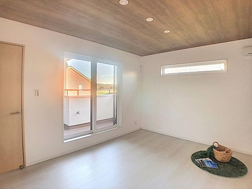 新築一戸建て-西尾市今川町一本松 木目調の天井はやわらかい雰囲気を醸し出します。