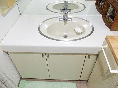 中古マンション-多摩市豊ヶ丘3丁目 大きな鏡の洗面台です。収納も充実しています。