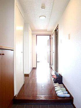 中古マンション-伊東市富戸 ≪玄関≫ 清潔感のある玄関部分。左手が下足入れになります。