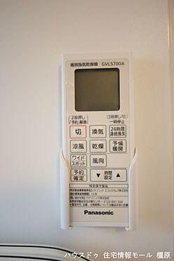 戸建賃貸-橿原市膳夫町 雨の日のお洗濯に役立つ浴室乾燥機。浴室のカビ予防にも活躍します。