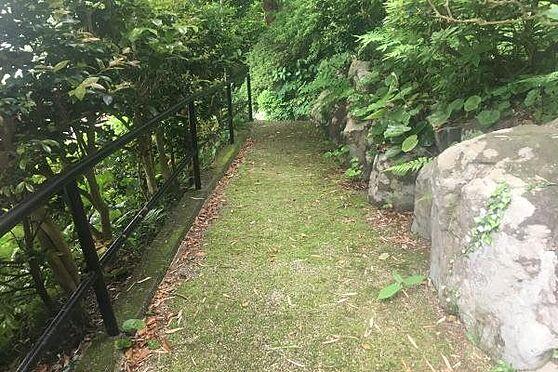 中古一戸建て-熱海市伊豆山 建物までは敷地内の通路と階段を20段程降りて向かいます。
