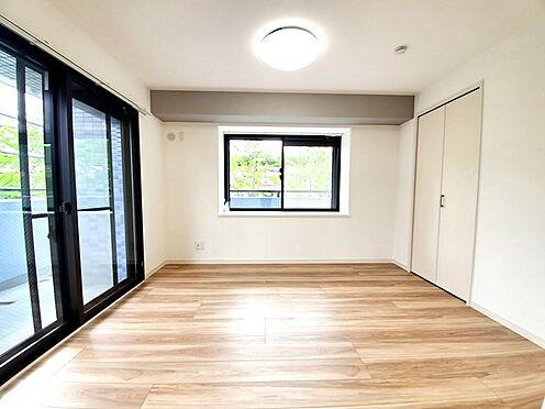 区分マンション-多摩市愛宕4丁目 二面採光のリビング横の居室。リビングと一体でお使い頂いても良さそうです!