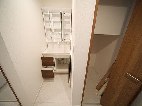 建物全部その他-大田区大森北4丁目 洗面台そばにはドア付き収納があります。