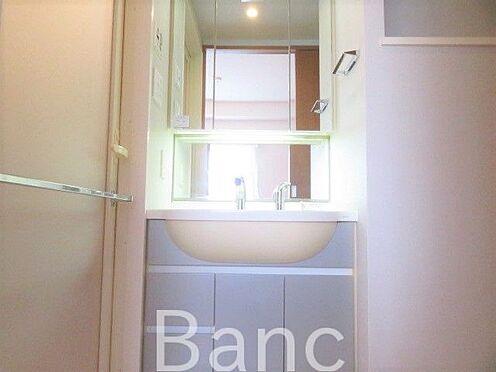 中古マンション-新宿区弁天町 鏡が大きく使いやすい洗面台です。