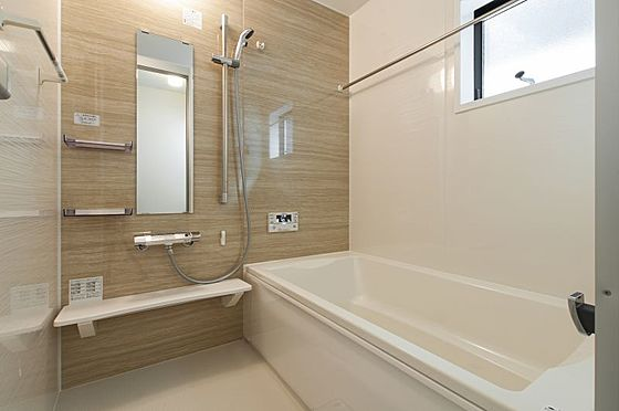 戸建賃貸-名古屋市名東区大針2丁目 足を伸ばしてゆっくりくつろげる浴槽サイズ。滑りにくい設計でお子様とのお風呂も安心です。(同仕様)