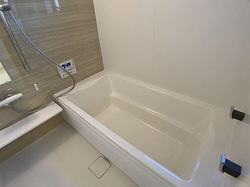 戸建賃貸-豊田市永覚新町1丁目 足を伸ばしてゆっくりくつろげる浴槽サイズ。滑りにくい設計でお子様とのお風呂も安心です。