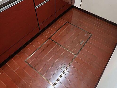 中古マンション-多摩市乞田 キッチンには床下収納があるので便利です