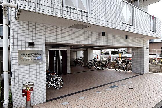 マンション(建物一部)-横浜市南区前里町3丁目 アプローチ部分のお写真です。広範囲に屋根があるので、雨の日でもカギの出し入れがしやすいですね。