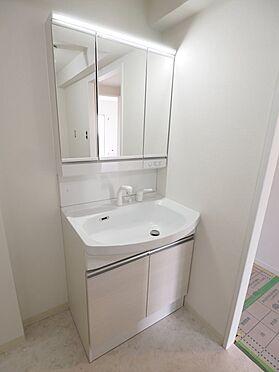 区分マンション-浦安市富岡3丁目 三面鏡付き洗面台。鏡の裏は収納になっており、洗面台周りをすっきり使えます