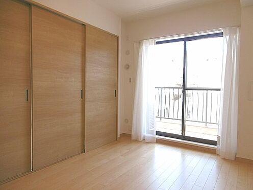 中古マンション-多摩市永山1丁目 南側6帖洋室。3枚扉を閉めるとこのような感じです。南向きで陽当たり良好。