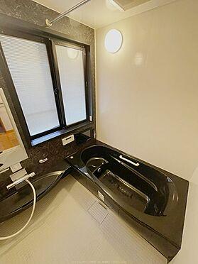 戸建賃貸-浦安市舞浜3丁目 大きな窓付きの浴室。通風、採光共に良好です。2011年12月交換。黒と白のコントラストが映えます。