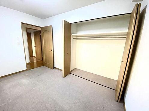 中古マンション-豊田市日南町5丁目 洋室にはクローゼットを完備。季節感を問わずに見える収納ができます。