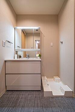 中古マンション-大田区西蒲田7丁目 ミラーも三面鏡裏収納を採用しました。普段頻繁に使う洗面用品も収まります