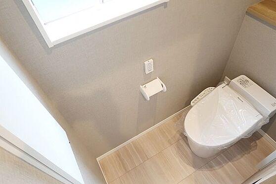戸建賃貸-多摩市聖ヶ丘3丁目 2階のトイレ、こちらも窓付きです。