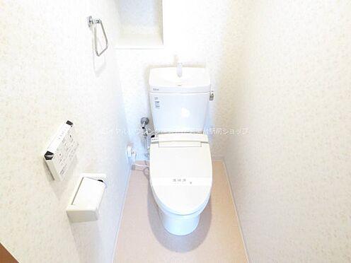 中古マンション-稲城市若葉台2丁目 お手洗いは壁付けリモコンタイプの温水洗浄便座です