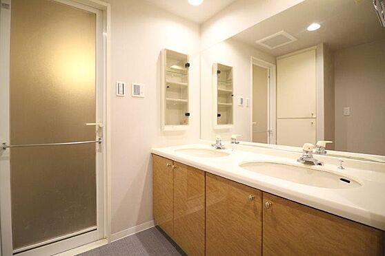 中古マンション-八王子市別所1丁目 大型の洗面化粧台は散らかりやすい洗面スペースをすっきりさせる事が出来るのも嬉しいですね。