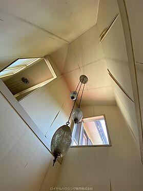 戸建賃貸-横須賀市鶴が丘1丁目 玄関は吹き抜け上部の窓から外の明かりが差し込みます。