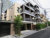 スタイリッシュな外観の築1年の都市型マンション 前面道路の交通量も少なくお子様のいるご家族でも安心です