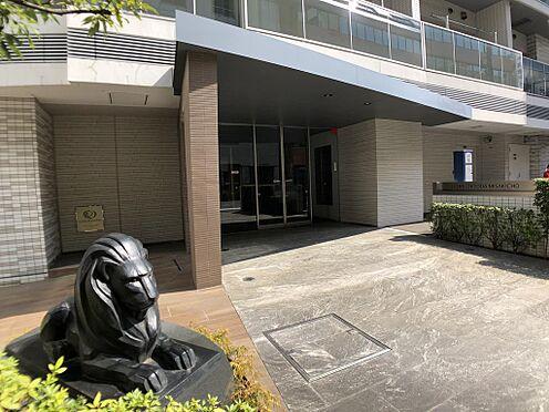 マンション(建物一部)-千代田区神田三崎町3丁目 ライオンズのシンボルの獅子が鎮座するエントランス。