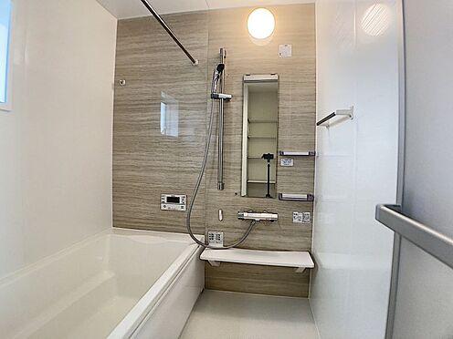 戸建賃貸-一宮市殿町3丁目 足を伸ばしてゆっくりくつろげる浴槽サイズ。滑りにくい設計でお子様とのお風呂も安心です。
