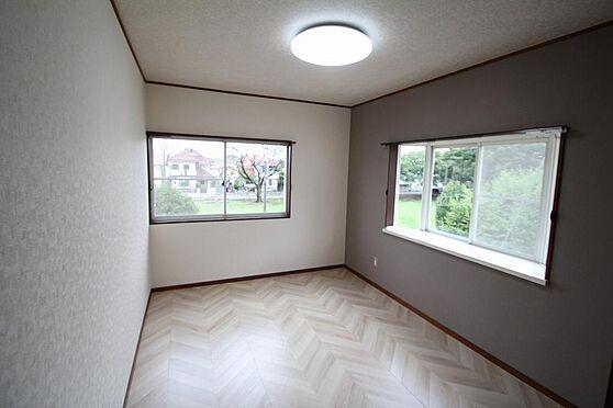 戸建賃貸-熊谷市江南中央3丁目 2階西側の洋室です、出窓もあり、窓は2箇所で解放感が有。目の前が公園。床クッションフロア貼替済。