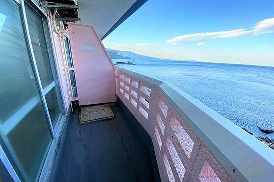 リゾートマンション-熱海市上多賀 バルコニー:潮風を感じながら海を一望できるバルコニー。外壁はピンク色でキュートですね。