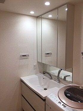 区分マンション-名古屋市東区矢田東 ゆとりの洗面スペースで朝の身支度も快適スムーズに。3面鏡で髪のセットやお化粧もストレスなくこなせ、朝から気分良く通勤通学に向かえそうですね!鏡の裏にはたっぷりと収納スペースを装備!