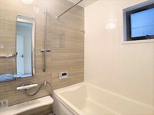 新築一戸建て-名古屋市北区辻町8丁目 足を延ばしてゆっくりくつろげる浴槽サイズです。 滑りにくい設計で、お子様とのお風呂も安心です。