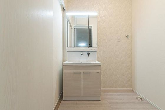 新築一戸建て-名古屋市守山区大字下志段味 水ハネを防止する一体型のカウンター。たっぷりの収納スペースでスッキリ片付き(同仕様)