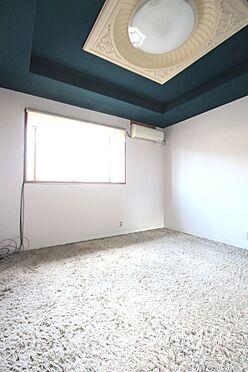 中古一戸建て-橿原市十市町 和室と続き間になった広々とした空間。天井にアクセントクロスを使用し落ち着いた印象です。