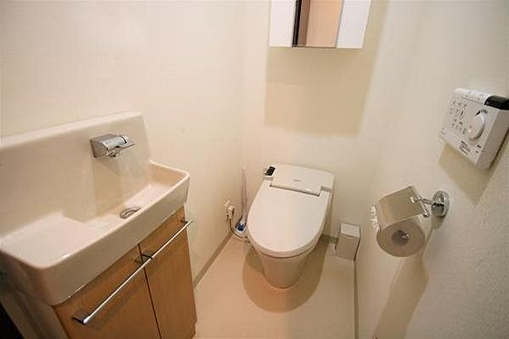 リゾートマンション-熱海市清水町 トイレ:快適な温水洗浄機能を搭載したタンクレスシャワートイレを採用。専用の手洗いカウンター付きです