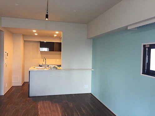 マンション(建物一部)-港区西新橋3丁目 二面採光の明るいリビングタイニング。ライトブルーのアクセントクロスがお部屋を明るい印象にしています。