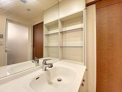 区分マンション-福岡市城南区別府4丁目 洗面台横には棚もございます♪