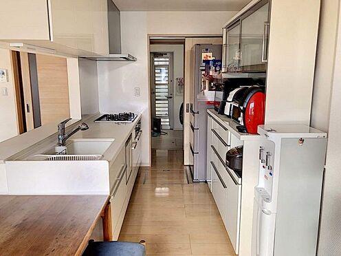 戸建賃貸-岡崎市桑原町字緑陽台 ダイニングからワークスペースを見渡せる、見せるキッチン。ダイニングとの空間のつながりが、スペースのゆとりを生み出します♪