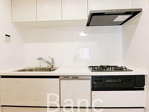 中古マンション-葛飾区水元1丁目 システムキッチン、3口ガスコンロ、グリル付きでお料理も捗りますね。