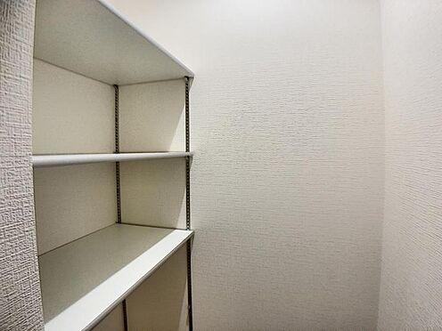 新築一戸建て-名古屋市名東区大針2丁目 キッチン裏にはうれしいパントリー収納を備えています。