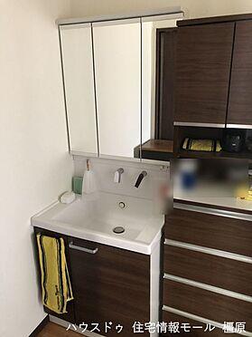 戸建賃貸-桜井市大字粟殿 大型の洗濯機も無理なく設置できる広さを確保。洗面台は便利なシャワー付きです。